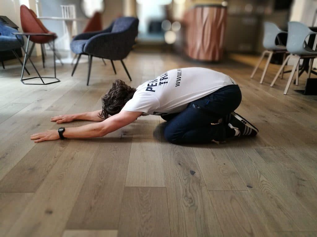 exercices d'étirements matinales pose active de l'enfant