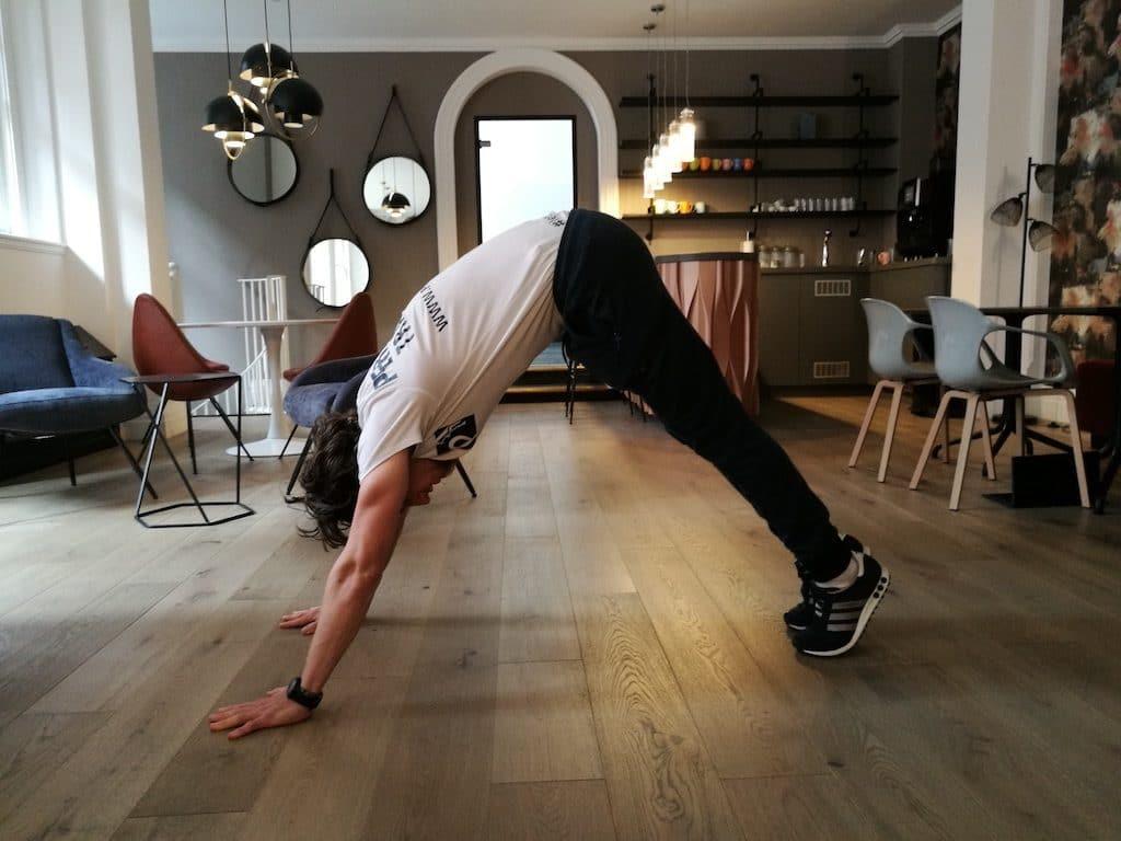 exercices d'étirements matinales chien faisant face vers le bas